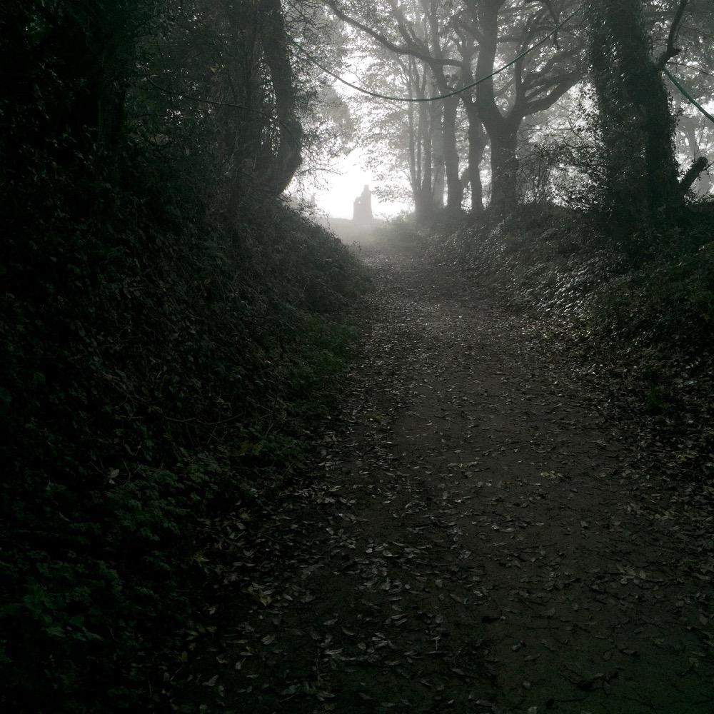 Vallee des Saints: Weg zum Eingang